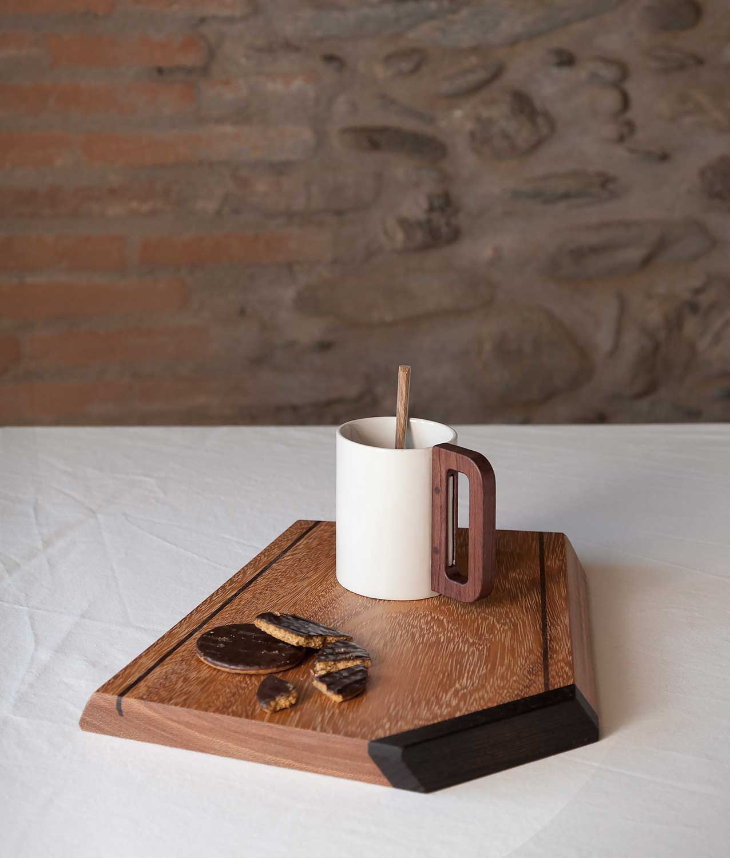 taza blanca madera